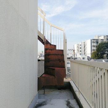 【2階部分】階段の途中に空きスペースあり。ちょっとした家庭菜園に良さそう