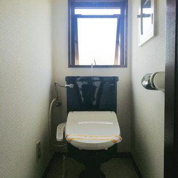 【1階部分】ここのトイレはブルー。