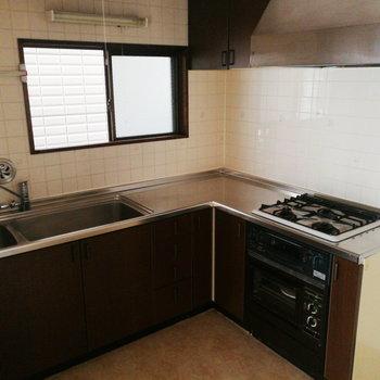 【1階部分】L字キッチンですよ!調理も洗い物もしやすいですね。