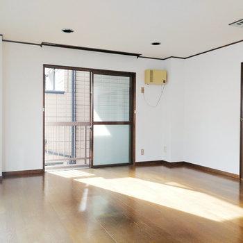 【1階部分】右奥の扉がキッチンに続いてます。