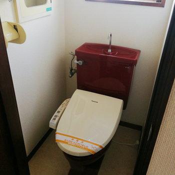 【2階部分】あがってすぐトイレがあります。上は赤い!