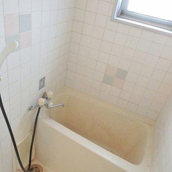 お風呂は小窓付き。(※写真は3階の同間取り別部屋のものです)