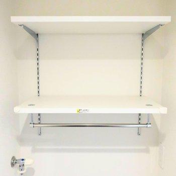 洗濯機置場の上に棚があります〜
