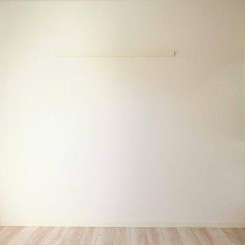 くるん。こちらの壁にはフックが掛けられるようになっていますよ。
