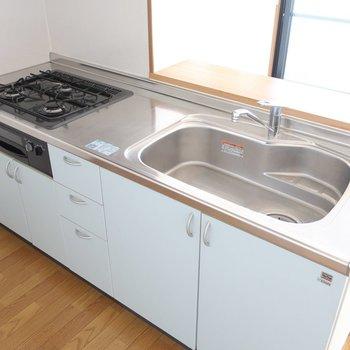 3口ガスにグリル付きのキッチンは使いやすさも◎