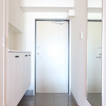 玄関もさすが、広々。(※写真はクリーニング前のものです)