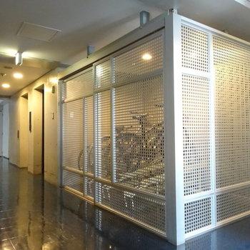 共用廊下にはオシャレな駐輪場まであります。
