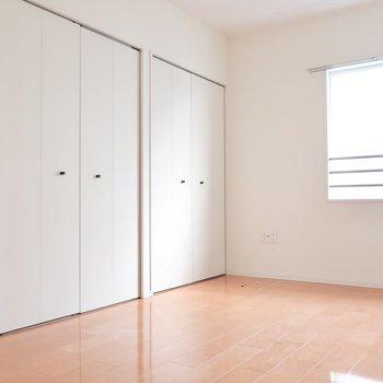 6帖の洋室もシンプルさが魅力なのです。(※写真はクリーニング前のものです)
