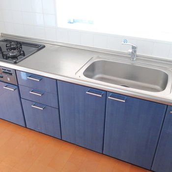 爽やかブルーのキッチン。(※写真はクリーニング前のものです)