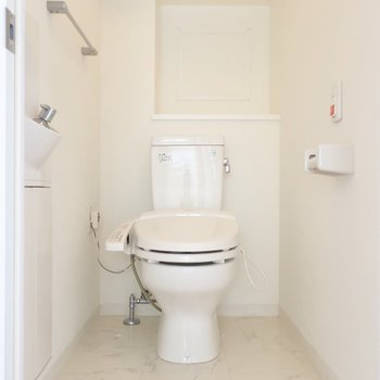 トイレも広々としています◎(※写真はクリーニング前のものです)