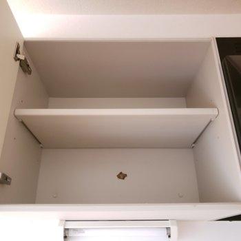 下には調理器具を、上には食器を収納!(※写真は通電前・清掃前のものです)