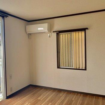 【洋室①】こちらのお部屋も二面採光です