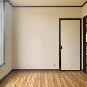【洋室②】写真右側のドアは収納です〜