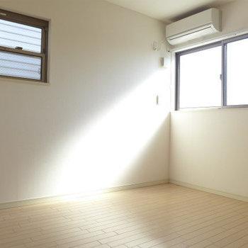 洋室も2面採光です!明るい!*写真は別部屋です