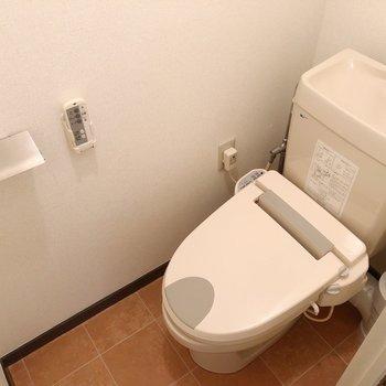 トイレも十分な設備と広さ。