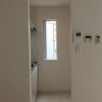 キッチンはほぼ別室。(※写真は2階の同間取り別部屋のものです)
