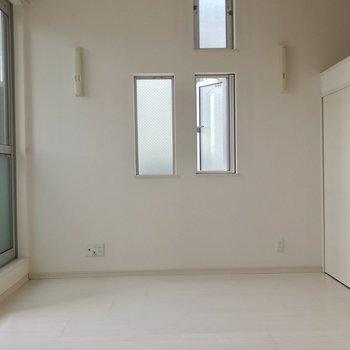 シンプルで窓が多い!(※写真は2階の同間取り別部屋のものです)