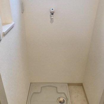 室内洗濯機置場。窓もある!(※写真は2階の同間取り別部屋のものです)