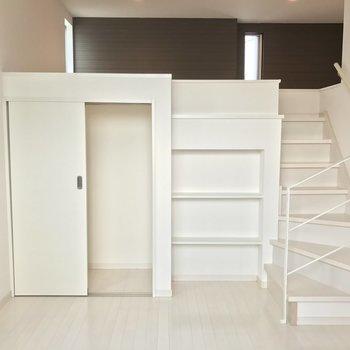 階段にウキウキ♫(※写真は2階の同間取り別部屋のものです)