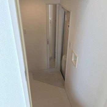 階段を下ると玄関や水回り。(※写真は2階の同間取り別部屋のものです)