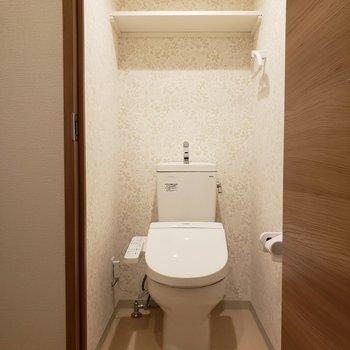 トイレは個室です。※写真は1階の同間取り別部屋のものです