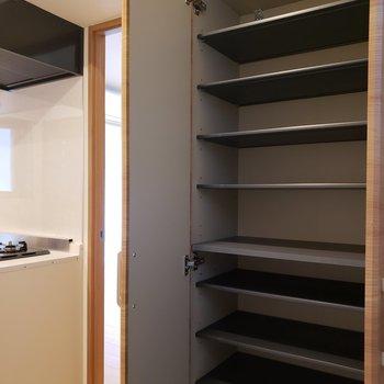 シューズBOXも大容量。※写真は1階の同間取り別部屋のものです