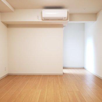 シンプルで広々としたお部屋です。※写真は1階の同間取り別部屋のものです