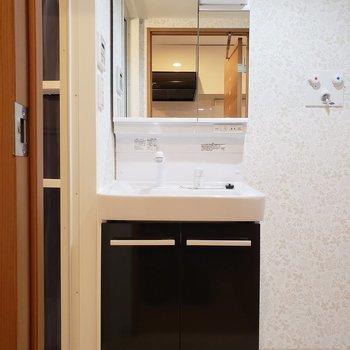 清潔感のある洗面台。※写真は1階の同間取り別部屋のものです