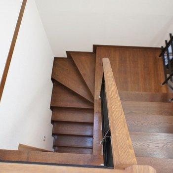 階段で1Fへ。