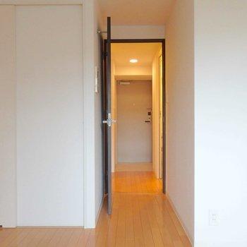 扉を開けると玄関へまっしぐら。※写真は10階の同間取り別部屋のものです。