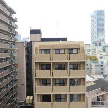 外はマンションが立ち並びます。※写真は10階の同間取り別部屋のものです。