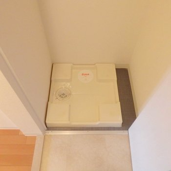 洗濯機置場もあります。※写真は10階の同間取り別部屋のものです。