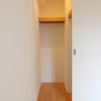 クローゼットには洋服がたくさん入りそうです。※写真は10階の同間取り別部屋のものです。