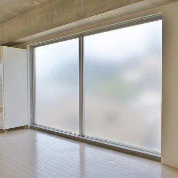 大きな明り取り用の窓