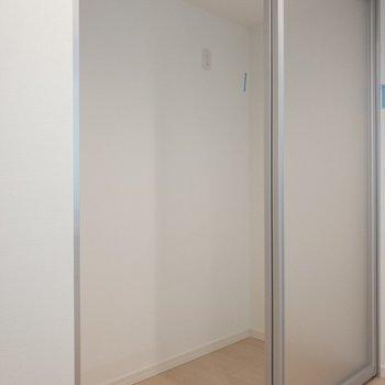 1階に戻って、キッチン後ろにはすりガラスの収納スペースが。お洋服をしまっちゃうのも有りかな。