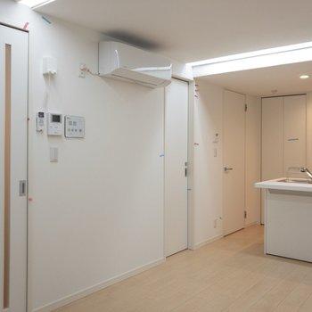 手前から玄関、トイレ、脱衣所へ続いてます。※写真は1階の同間取り別部屋のものです