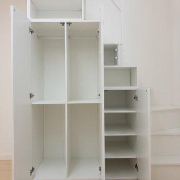 ロフトへの階段は収納にもなっています※写真は1階の同間取り別部屋のものです