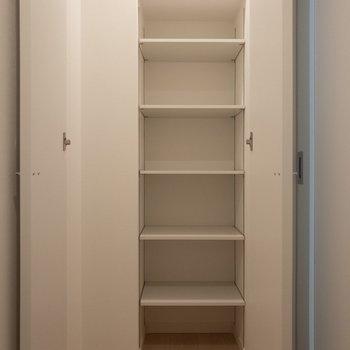 玄関正面の収納は靴箱兼収納って感じです。※写真は1階の同間取り別部屋のものです