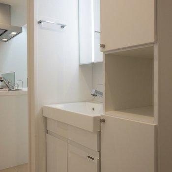 洗面台横には棚もしっかり付いています。※写真は1階の同間取り別部屋のものです