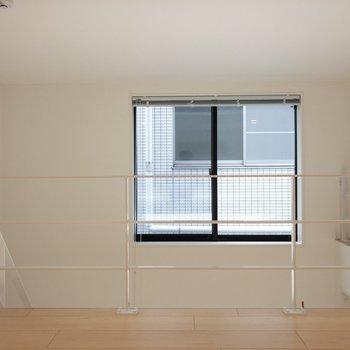 上部には大きな採光窓があります。※写真は1階の同間取り別部屋のものです