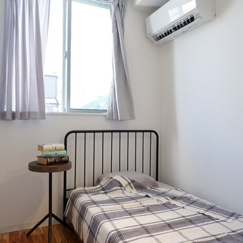 程よく壁で仕切られた空間は寝室に。※写真は前回募集時のものです