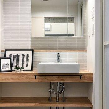 洗面台。おっきめの鏡は収納が付いてます