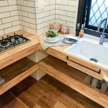 キッチンも無垢材とタイルが優しい雰囲気です