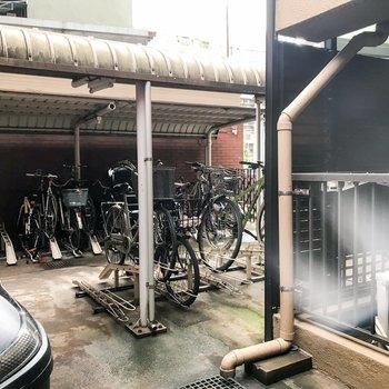 駐輪場。右に見えるベランダがお部屋のものです