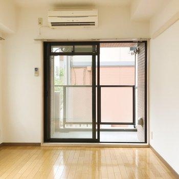 シンプルな内装。家具もシンプルなもので揃えたいですね。