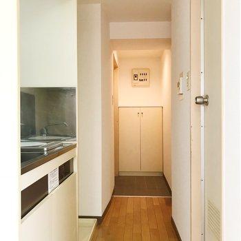 洋室から玄関を望むと。