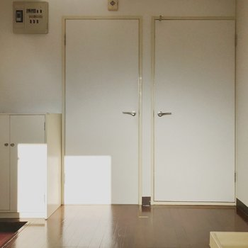 【工事前】キッチンから居室側をみる。右が和室で左が洋室になっています