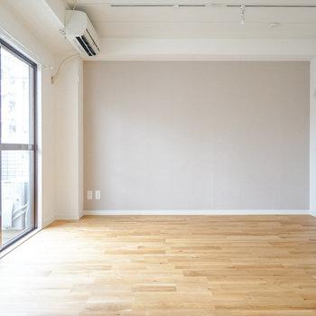 床はオークの無垢床を♪窓からの光が◎※写真は前回施工した2階のお部屋のもの