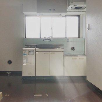 【工事前】キッチンには窓もあって明るい◎