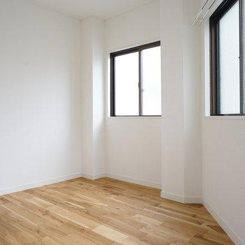 台形のお部屋です、ベッドは置けますよ◎※写真は前回施工した2階のお部屋のもの